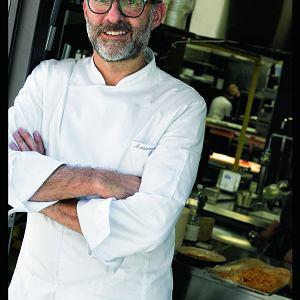 Massimo Bottura - jeden z trzech najlepszych szefów kuchni na świecie, właściciel restauracji Osteria Francescana w Modenie. Ostatnio na kongresie kulinarnym Madrid Fusion uhonorowano go tytułem Europejskiego Szefa Roku
