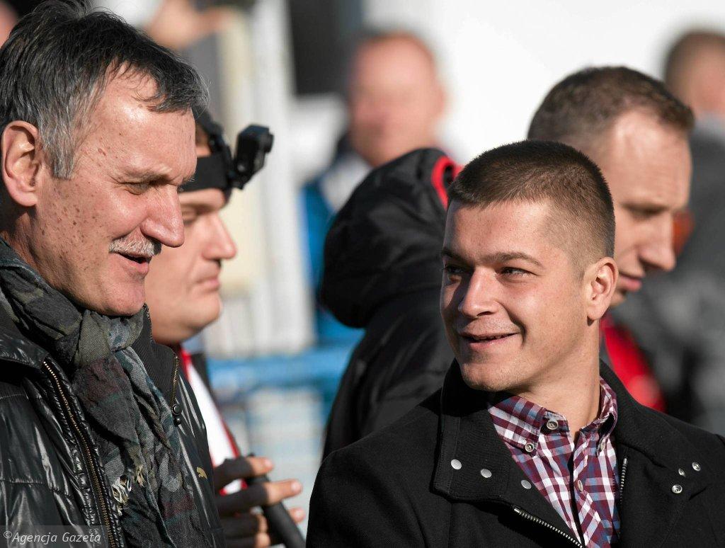 Trener Widzewa Marcin Płuska (z prawej). Obok Tomasz Muchiński