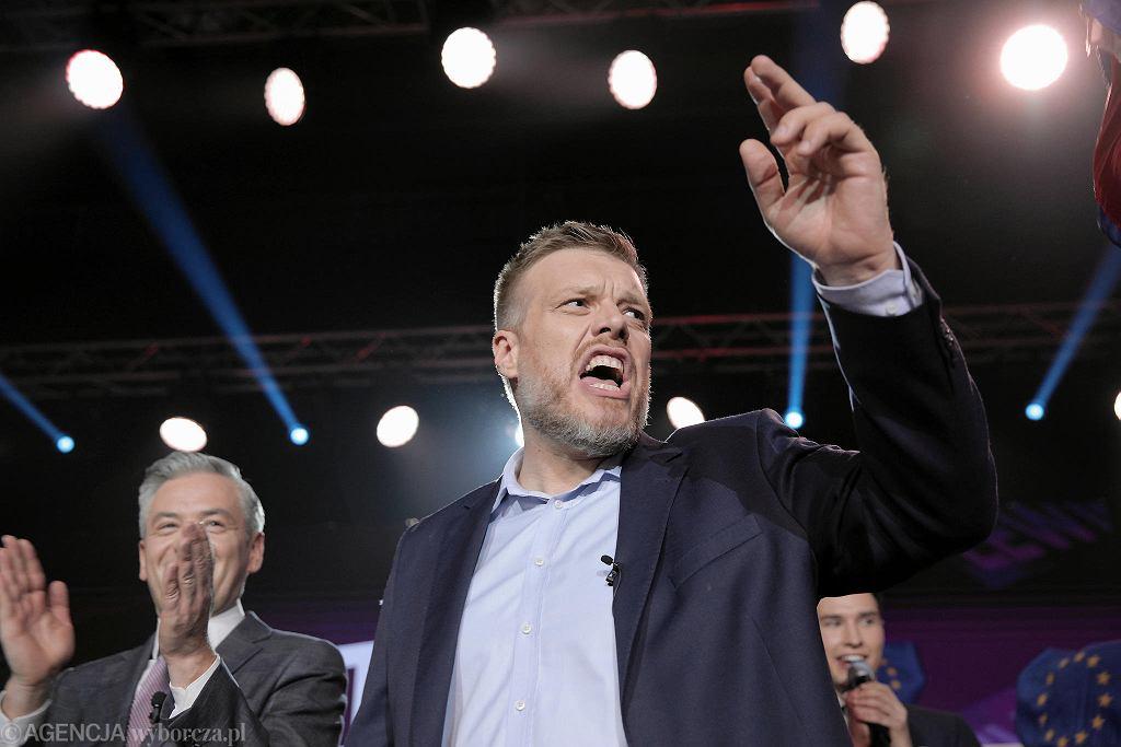 Adrian Zandberg podczas wieczoru wyborczego.