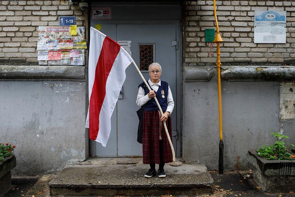 Znana uczestniczka protestów, 73-letnia Nina Bagińska, przed wejściem do swojego bloku, 10 września 2020