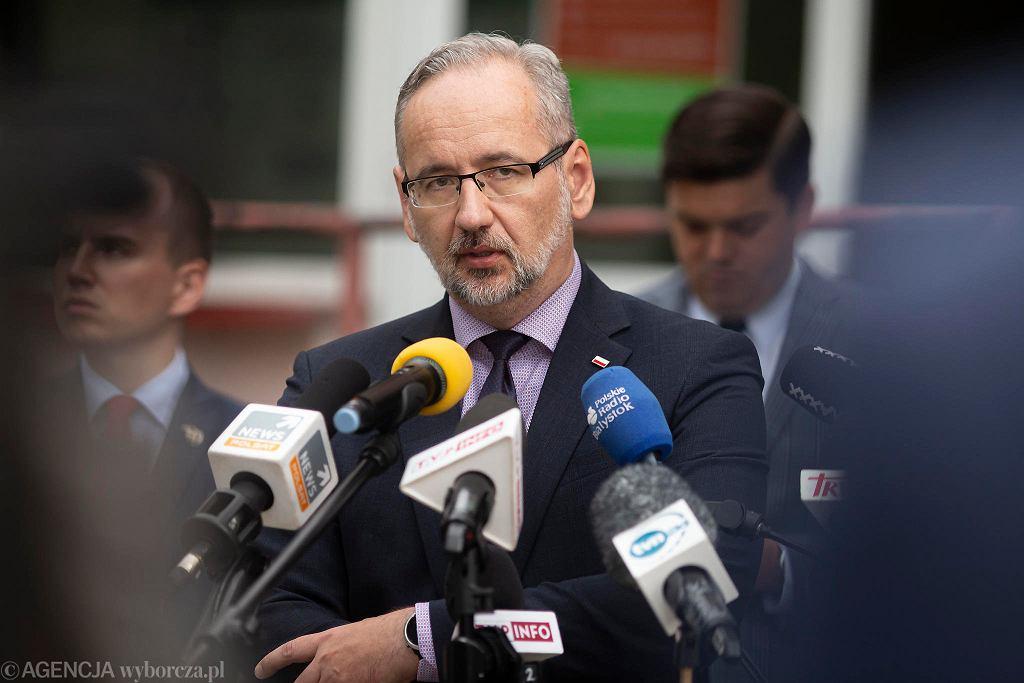 Białystok. Adam Niedzielski podczas konferencji prasowej w szpitalu zakaźnym