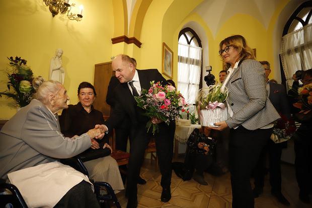 Zdjęcie numer 0 w galerii - Elżbieta Rogala kończy 108 lat, życzenia i kwiaty od marszałka [ZDJĘCIA]