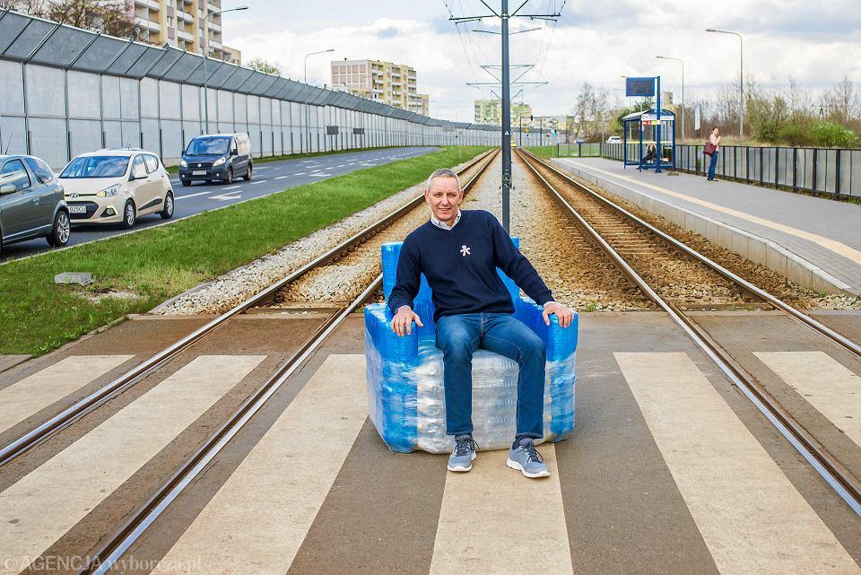 Sławomir Piotrowski w fordońskich plenerach z fotelem z plastikowych butelek