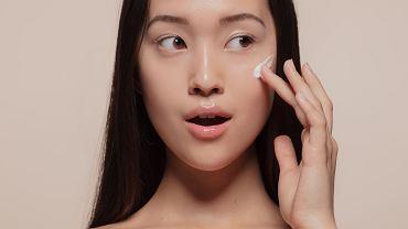 Kosmetyki z witaminą C to najskuteczniejsze produkty w walce z szarą i matową skórą. Jak ich używać?