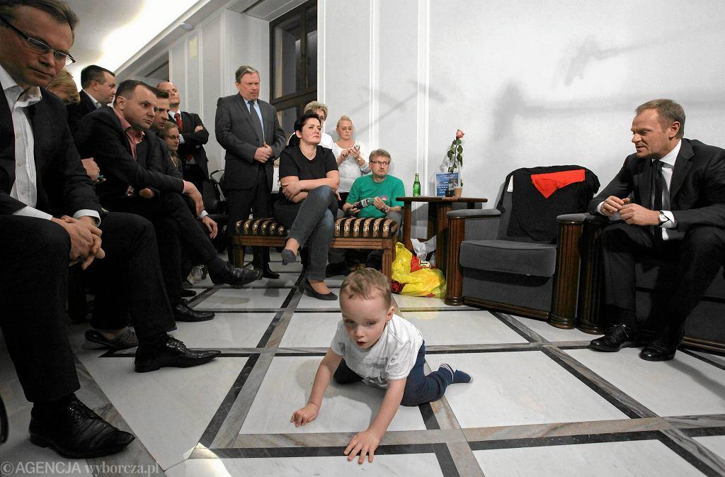 Z protestującymi w Sejmie rodzicami spotkał się premier Donald Tusk