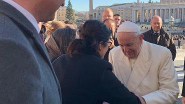 Aleksandra Dulkiewicz spotkała się z papieżem Franciszkiem na placu św. Piotra w Watykanie.