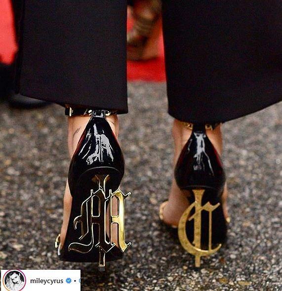 Zdjęcie numer 2 w galerii - Grammy 2019. Miley Cyrus postawiła na klasyczną stylizację. Nuda? To przyjrzyjcie się butom. WOW