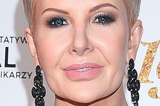Joanna Racewicz swoją stylizacją z Balu Dziennikarzy zachwyciła fanów. Postawiła na elegancką, czarną suknię i mocny makijaż... całego ciała.