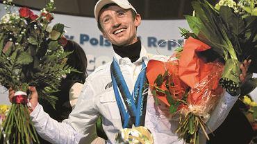 24.02.2010, Warszawa. Adam Małysz sprawił, że skoki narciarskie dla wielu Polaków stały się sportem narodowym. Bijąc kolejne rekordy, zdobywał też niewiarygodną sympatię. Wszyscy cieszyliśmy się z jego sukcesów, w tym czterech tytułów mistrza świata i medali olimpijskich. W czerwcu 2014 roku wybraliście go na Człowieka Wolności.   Na zdjęciu Małysz tuż po powrocie z Vancouver, gdzie zdobył dwa srebrne medale olimpijskie.