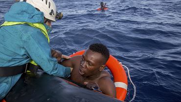Członkowie organizacji Sea-Watch ratują migrantów na Morzu Śródziemnym, 6 listopada 2017 r.
