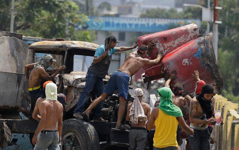24.02.2019, most na granicy kolumbijsko-wenezuelskiej. Wenezuelczycy usuwają blokadę drogi ustawioną przez Gwardię Narodową posłuszną reżimowi prezydenta Nicolasa Maduro