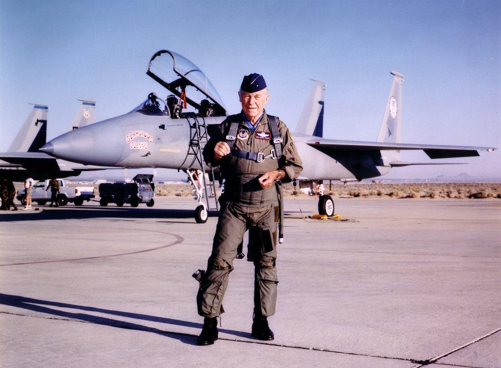 Yeager na tle swojego ostatniego wojskowego samolotu, w 1997 roku, kiedy formalnie zakończył karierę pilota testowego