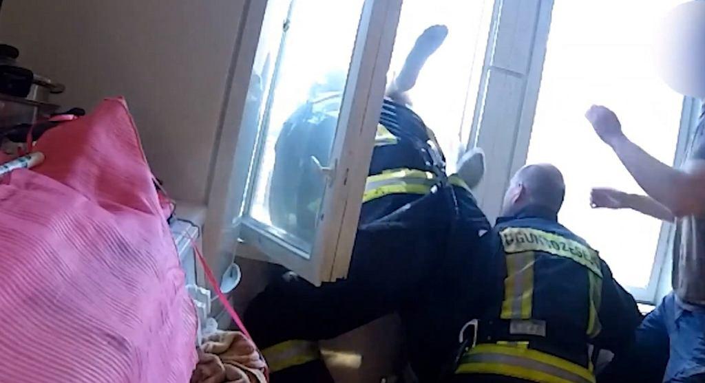 Łotewscy strażacy złapali mężczyznę w locie