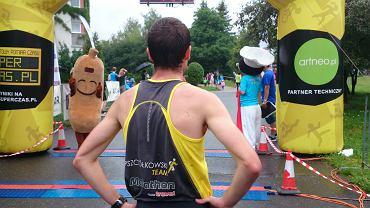 Olsztyn Biega, 3 lipca 2016 r. Paweł Pszczółkowski po wygraniu zawodów oczekuje na innych zawodników ze swojej drużyny Pszczółkowski Team Olsztyn