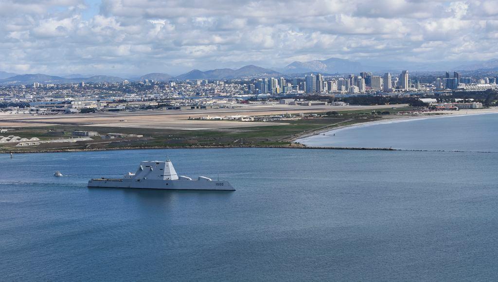 USS Zumwalt wychodzi z bazy w San Diego, Kalifornia