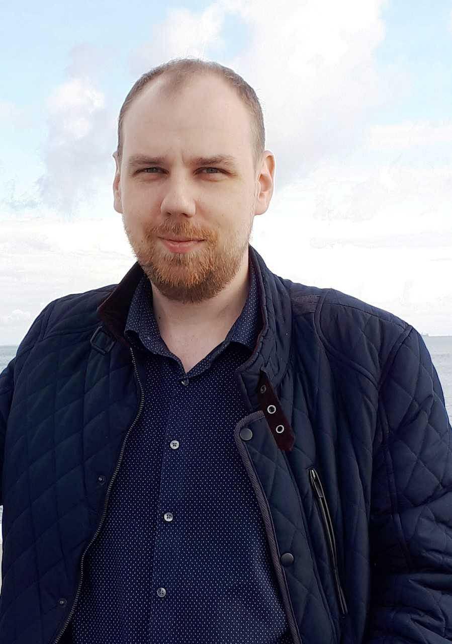 Kamil Stępniak, doktorant z Uniwersytetu w Białymstoku, opracował założenia teoretyczne pierwszego systemu sztucznej inteligencji aktywnie wspierającego pracę prawników
