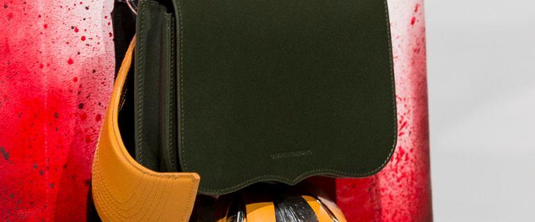Calvin Klein to marka, którą uwielbiają fanki mody! Wybrałyśmy 18 topowych modeli torebek z wyprzedaży