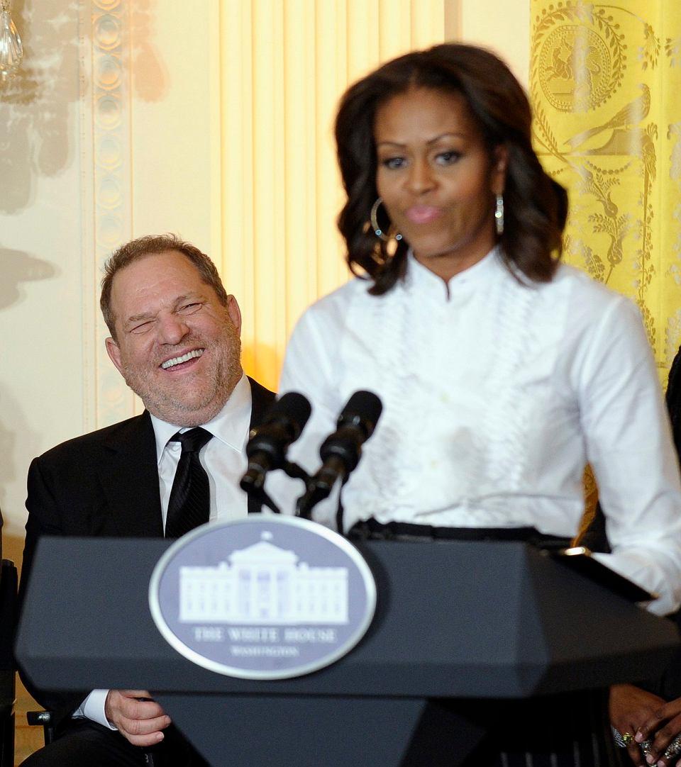 8 listopada 2013 , Biały Dom  . Harvey Weinstein przysłuchuje się Michelle Obamie podczas warsztatów dla studentów na temat kariery filmowej .