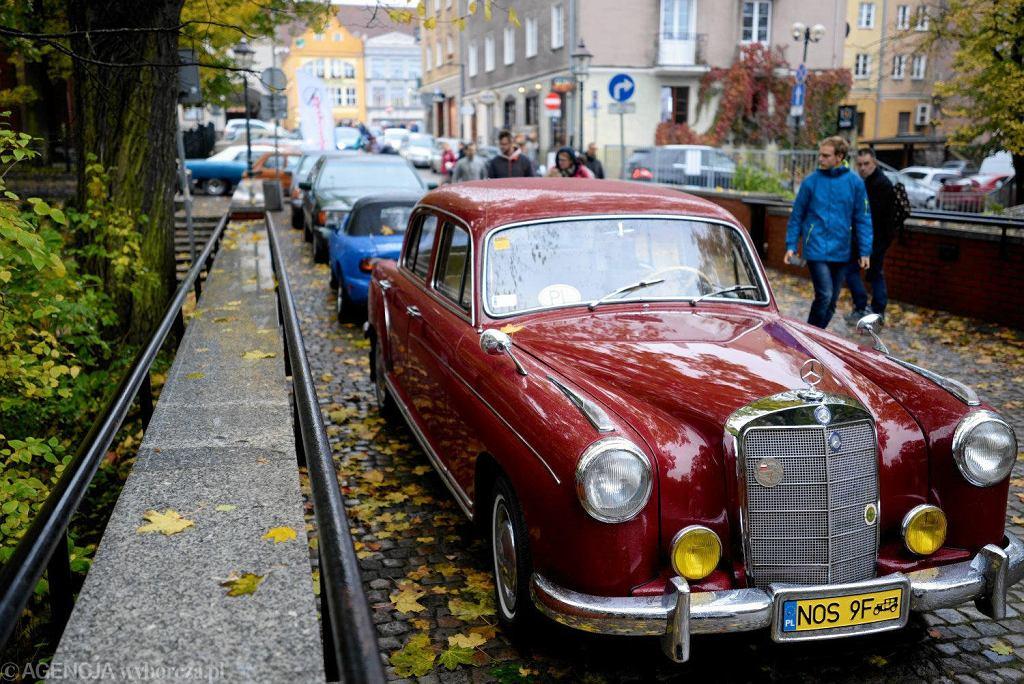 Blisko 60 zabytkowych samochodów można było podziwiać pod zamkiem w Olsztynie