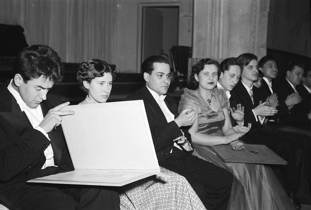 1955 r. Lidia Grychtołówna (czwarta od lewej) siedzi pomiędzy laureatami V Międzynarodowego Konkursu Pianistycznego im. Fryderyka Chopina. Pierwszy od lewej: zwycięzca Adam Harasiewicz. Grychtołówna zajęła VII miejsce