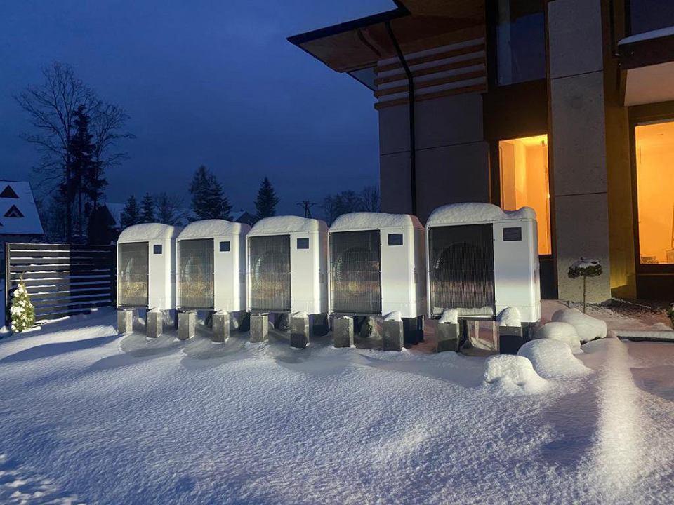 W Skandynawii obecnie najczęściej montowanym źródłem ciepła jest właśnie powietrzna pompa ciepła