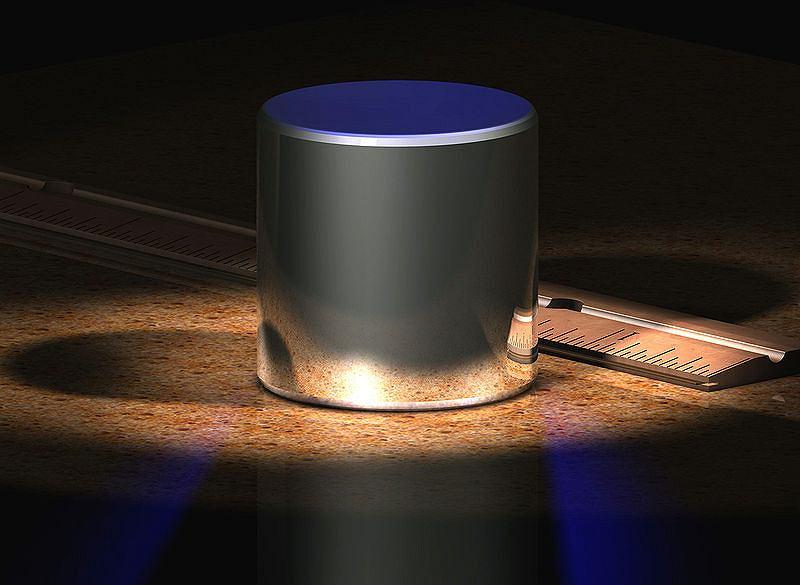 Komputerowo wygenerowana wizualizacja wzorca kilograma. Oryginał przechowywany jest pod trzema szklanymi kloszami w sejfie i wyjmowany był dotychczas tylko trzy razy.