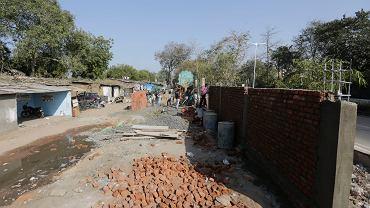 W mieście Ahmadabad, które odwiedzi Donald Trump, powstaje mur odgradzający drogę od slumsów