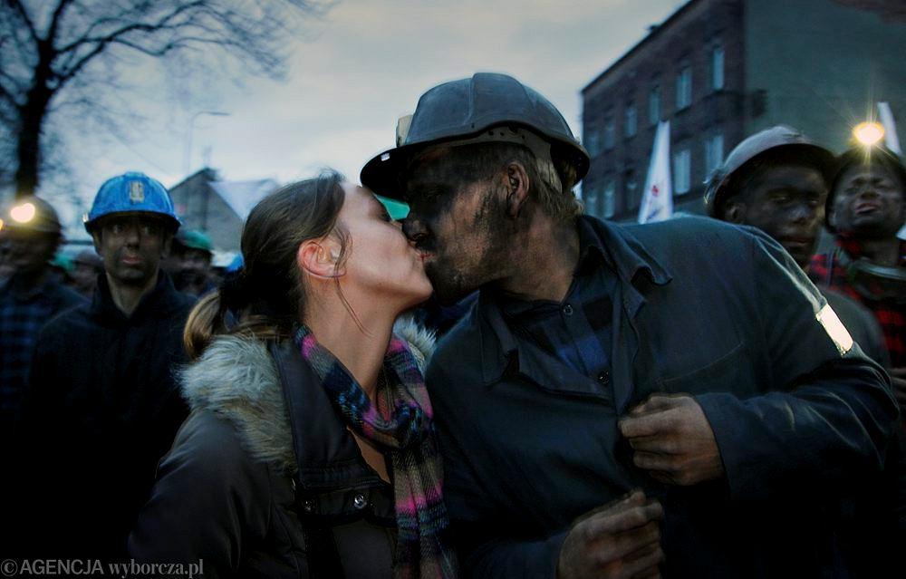 Podczas akcji protestacyjnej przeciwko zamykaniu kopalni, górników wspierały żony i członkowie rodzin, Kopalnia Sośnica-Makoszowy w Gliwicach, 16.01.2015 r.