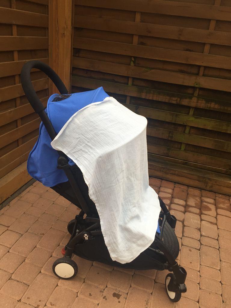 W wózku nakrytym pieluszką wzrasta temperatura, nawet o kilka stopni.