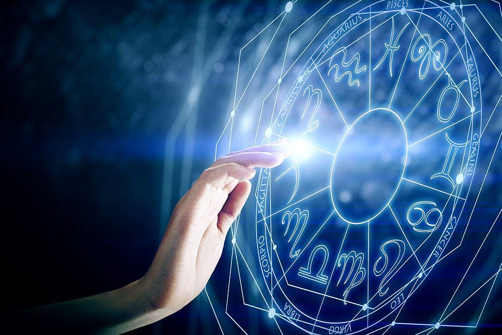Horoskop dzienny na piątek 12 lutego - Lwy otrzymają kilka zaproszeń na randkę, Panny będą bardzo podejrzliwe