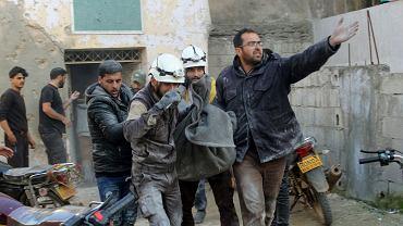 Członkowie Białych Hełmów, ochotniczej organizacji obrony cywilnej, ratują ofiary bombardowań w syryjskim Binnisz, na północny-wschód od Idlibu. 25 lutego 2020 r.
