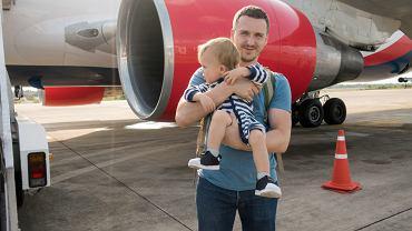 Niemowlaki i małe dzieci w samolocie rozpalają emocje turystów. Wiele osób uważa, że dziecko nic z wakacji nie zapamięta, a tylko popsuje lot dorosłym