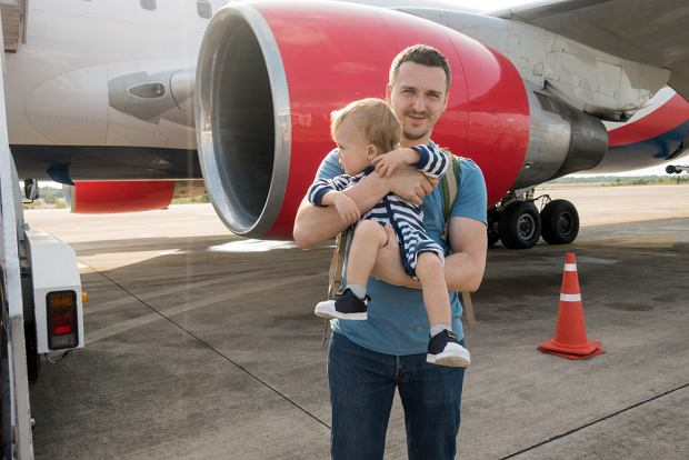 'Po kiego czorta bierzecie niemowlaki na wakacje?'. Za i przeciw samolotowym podróżom z dziećmi