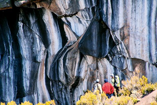 Podróże - jak zdobyć Kilimandżaro, podróże, afryka, Skała Zebry - aby ją zobaczyć, trzeba nieco zboczyć z głównego szlaku