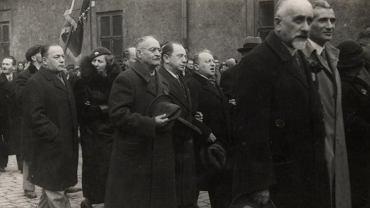 Z prawej Wiktor Alter i Henryk Erlich podczas demonstracji Bundu na Nalewkach. Za nimi widać czołowych działaczy partii - Jekutiela 'Noacha' Portnoja i Emanuela Nowogródzkiego