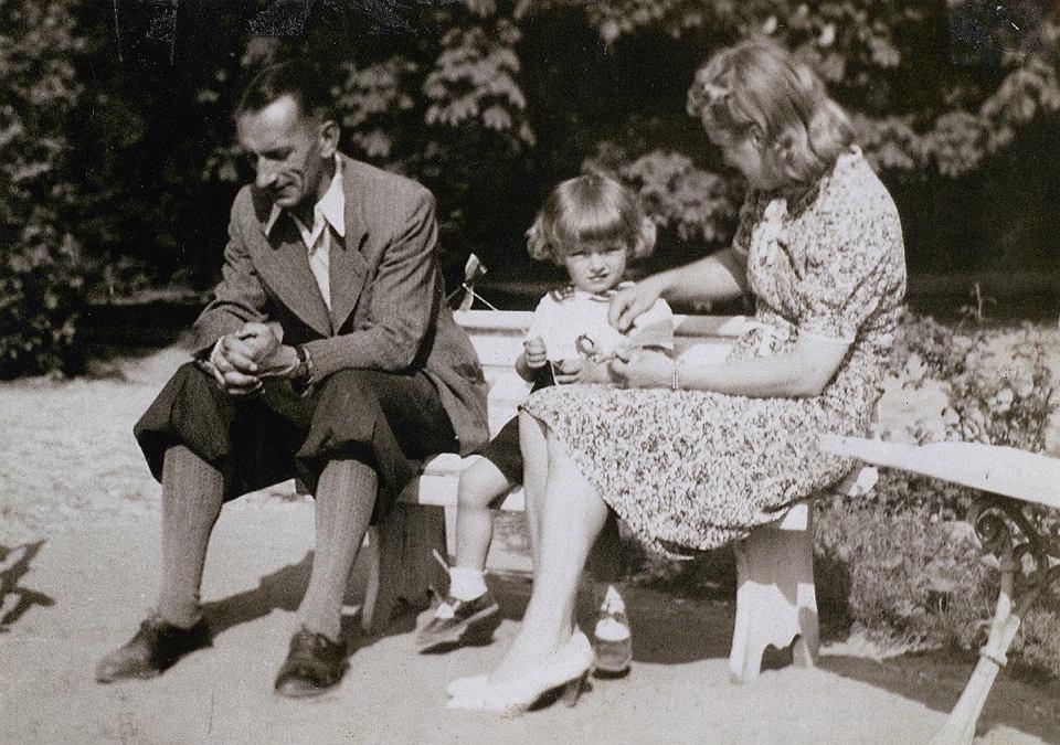 Roman i Janina Czerneccy z synem Andrzejem w ogrodzie dworu w Słupi