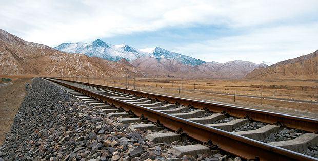 Podróż pociągiem z Pekinu do Tybetu, azja, podróże, Gdyby komuś przyszło do głowy zbudować linię kolejową na Księżycu, wyglądałaby ona pewnie równie absurdalnie jak na tych pustkowiach