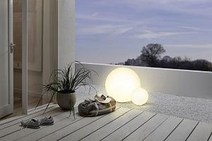 Lampy ogrodowe - które wybrać? Modele na taras, balkon i do ogrodu. HIT to te w kształcie motyli