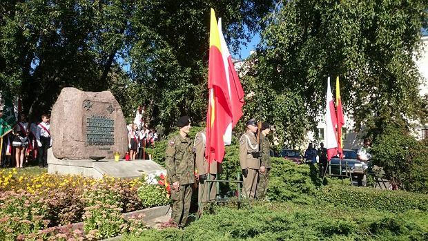Podczas oficjalnych uroczystości 77. rocznicy obrony Warszawy-Pragi oraz 72. rocznicy wybuchu Powstania Warszawskiego odczytano apel poległych, w którym wymieniono ofiary katastrofy smoleńskiej.