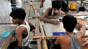 Nastolatki w fabryce w New Delhi. W Indiach 14 mln pracowników to niewolnicy
