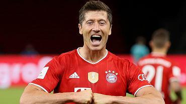 Robert Lewandowski  świętuje gola wbitego w finale Pucharu Niemiec