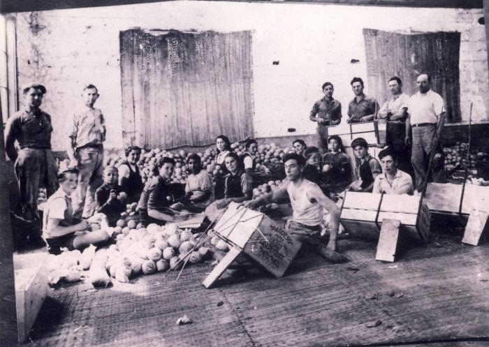 Pakowanie pomarańczy. Petach Tikwa, kwiecień 1938 r. (fot. autor nieznany / wikimedia.org / public domain)