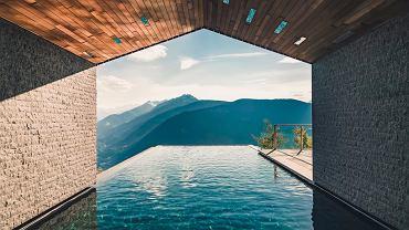 Hotel Miramonti w Avelengo w Południowym Tyrolu  z otwartym basenem na ostatniej kondygnacji