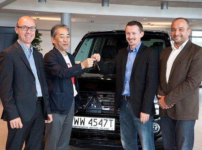 Kluczyki do Pajero Dakar wręczali zawodnikom Prezes MMC Car Poland Hyoe Ooku i dyrektor zarządzający firmy Arkadiusz Tomala