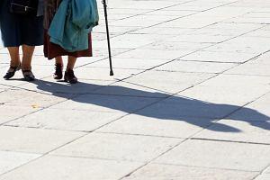 Opiekunka do starszej osoby. Ile kosztuje pomoc i czy trzeba płacić składki i podatki?