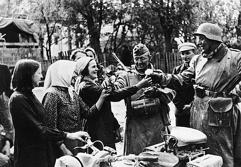 Niemieccy żołnierze witani na ukraińskiej wsi, lato 1941 r.