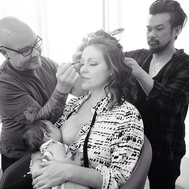 Alyssa Milano karmi córeczkę w pracy. Aktorka chętnie promuje na swoim profilu na Instagramie karmienie piersią w miejscach publicznych