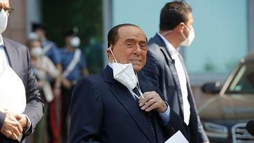 Silvio Berlusconi opuszcza szpital w Mediolanie. Były premier Włoch trafił tam z powodu zakażenia koronawirusem.