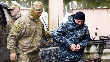 Ukraiński marynarz (z prawej) eskortowany przez funkcjonariusza rosyjskiego FSB do sądu w Symferopolu, 27.11.2018 r.