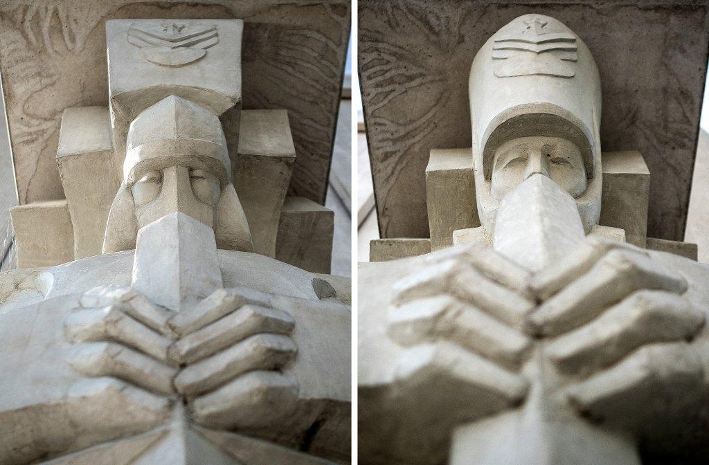Wejścia do kaplicy strzegą figury żołnierza i rycerza (fot. Filip Springer)